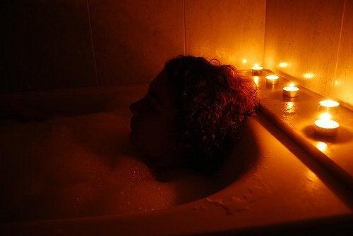 направете си вана с магнезий, за да се справите с трвожността