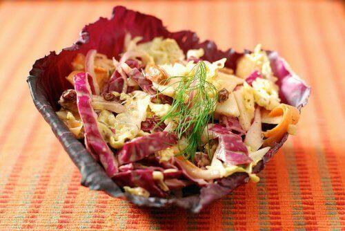 пълна с полезни за здравето вещества салата