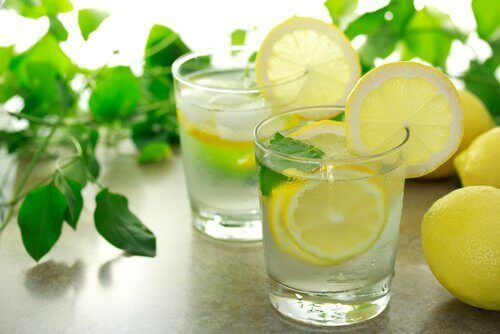 Пийте лимонова вода на празен стомах, за да елиминирате тлъстините по корема