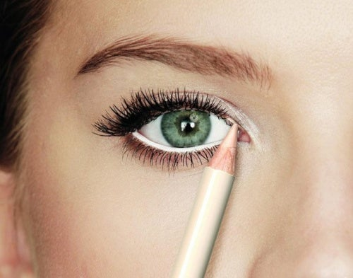 Бял молив за очертаване на вътрешната линия на очите за по-големи очи.