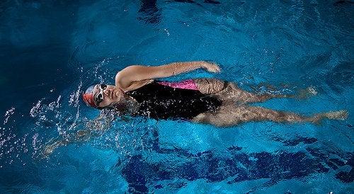 Плуването стимулира кръвообръщението в долните крайници и намалява подуването им.