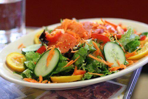 яжте салата от пресни зеленчуци за вечеря