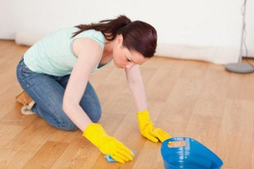 Средство за почистване на дървените мебели и подове