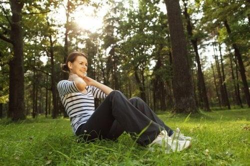 Коремни преси с усукване помагат за страничните коремни мускули