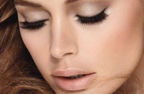 За да изглеждат по-големи очите ви, трябва да ползвате фино и дискретно червило.