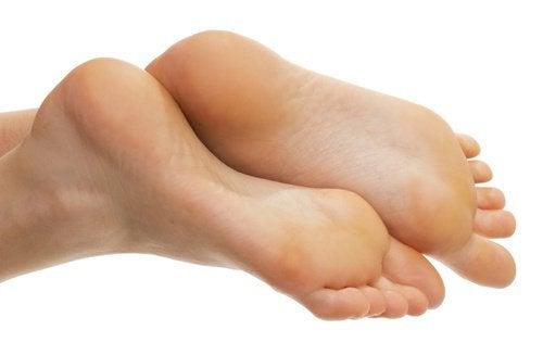 Появата на мазоли по краката не само загрозява стъпалата ви.
