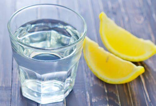 пийте вода с лимон
