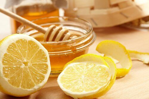 Даизсветлим кожата на врата с лимон