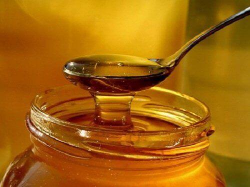 Медът облекчава кашлицата.