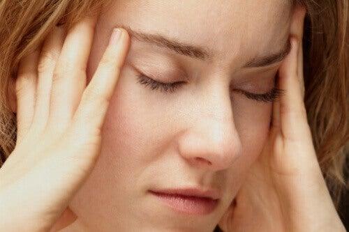 Техника за освобождаване от стреса, която включва масаж на ушите.