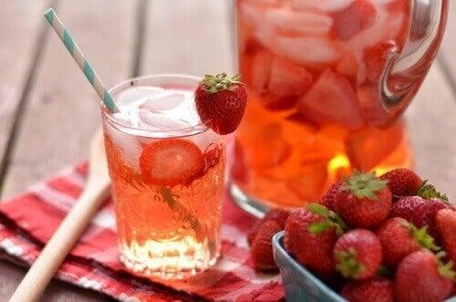 Отвара от лимон и ягоди за борба с целулита