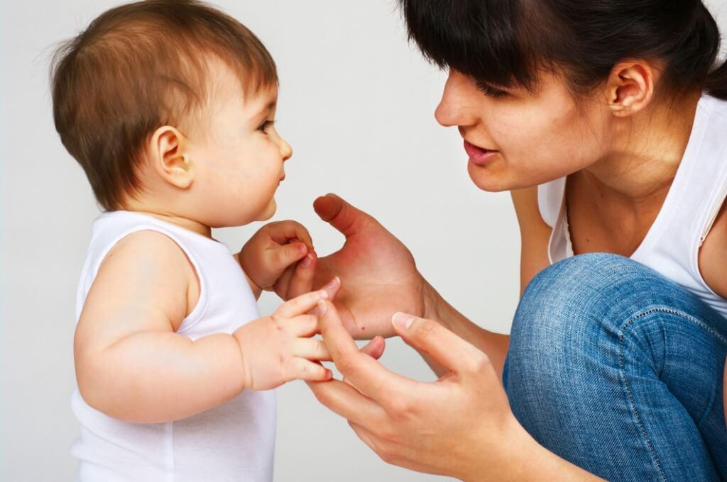 bebe se uchi da govori
