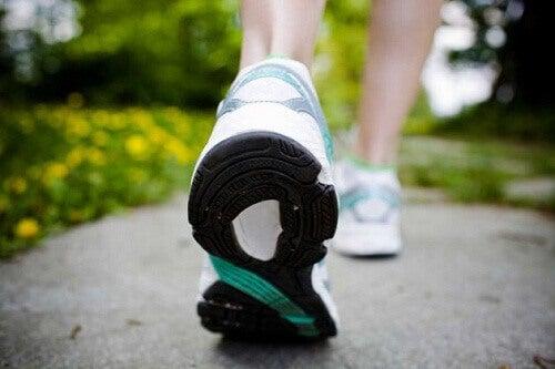 Едно от ефикасните упражнения при възпаление на седалищния нерв е ходенето