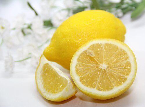 Лимонът изчиства тъмните петна, които остават върху кожата поради акнето.