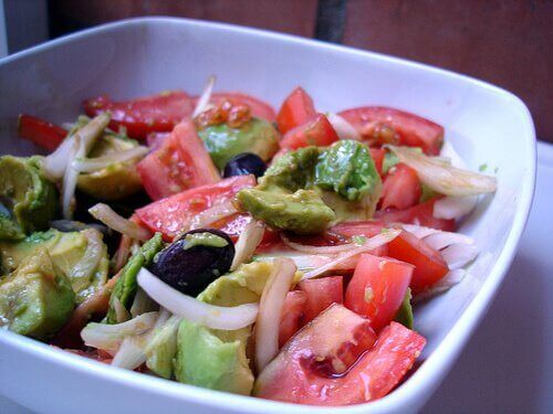 облекчете подуването на корема със здравословна салата