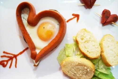 Яйце и кренвирш във формата на сърце