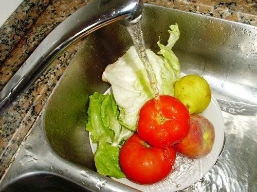 Как да мием плодове и зеленчуци