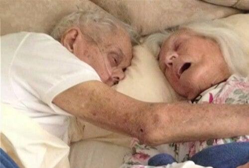 Истинската любов: женени от 75 години умират в едно легло