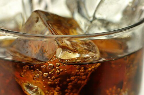 """""""Леките"""" безалкохолни напитки могат да увеличат коремните мазнини"""