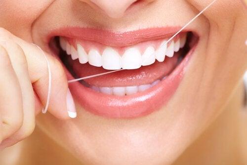 Отстраняване на плаката по зъбите с конец
