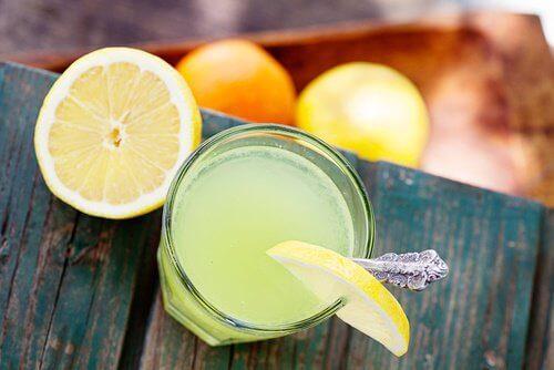 действие на лимоновия сок и топлата вода