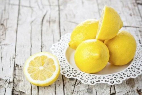 Лимоните прогонват мравките от градината и дома.