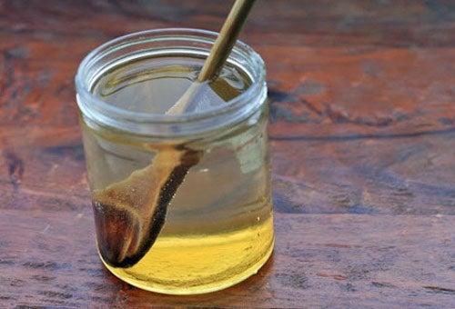 напитка с вода и мед за балансиране рН на тялото