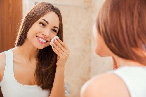 лимоновия сок и топлата вода подобряват кожата
