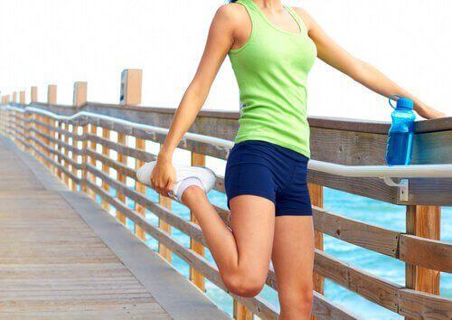 болките в кръста и разтягане на коляното към гърдите