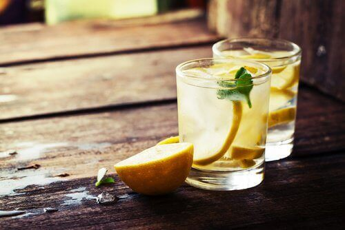 Ползите от лимоновия сок и топлата вода
