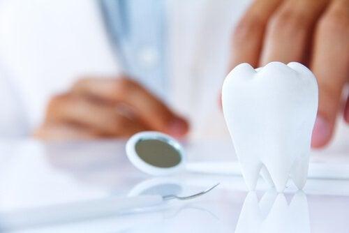 ако започнат да се клатят зъбите в устата си, посетете незабавно зъболекар