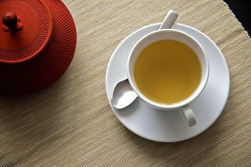 Консумирайте чая от чесън сутрин на празен стомах