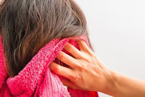 Избягвайте да лягате с много мокра коса