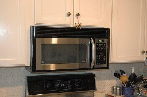 Храни, приготвени в микровълнова печка, увеличават риска от рак