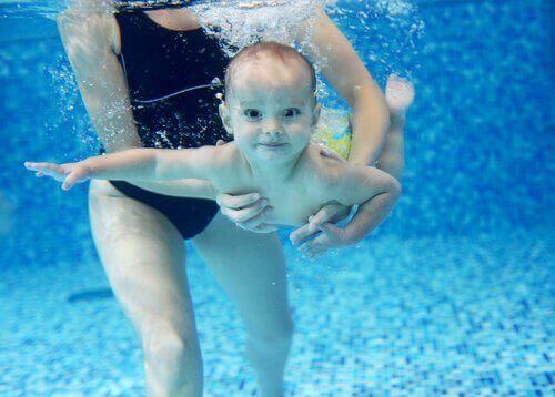 Плуващо бебе