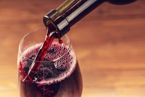 Консумацията на чаша червено вино дневно е полезно.