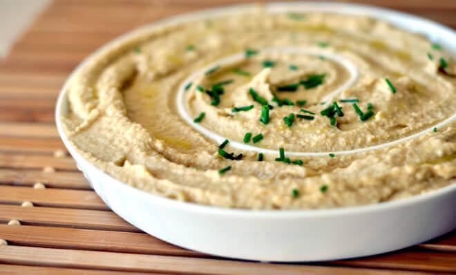 Можете ли наистина да устоите на препечена филийка, намазана с хумус?
