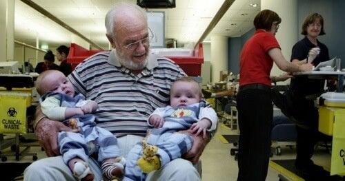 Човек спасява милиони бебетата с кръвта си