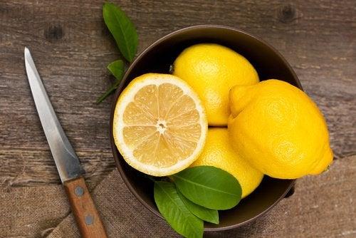 лимонов сок за премахване на тъмните кръгове под очите