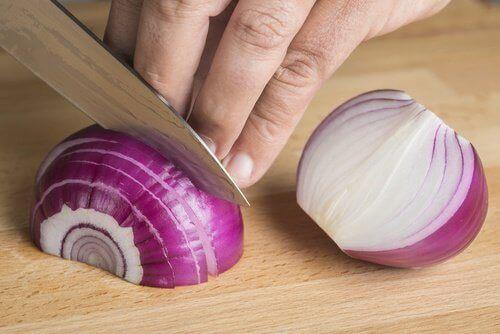 Сокът от лук е популярно натурално средство при падане на косата.