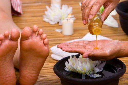 масаж за облекчаване на неприятните болки в стъпалата