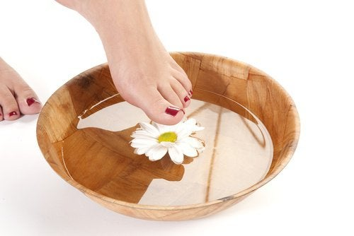баните с чай от лайка против болки в стъпалата