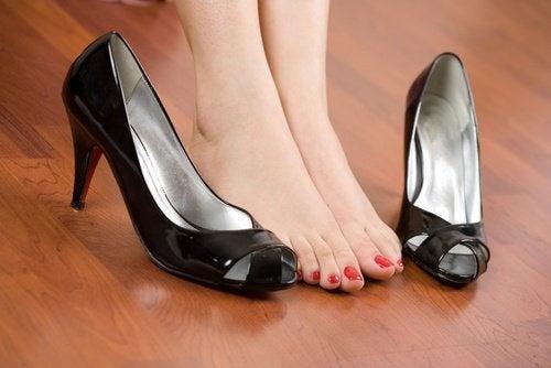 Обувките - ключови при болки в стъпалата