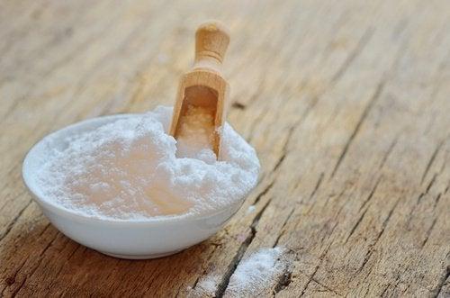 содата за хляб помага да се предотврати натрупването на неприятните миризми в гардероба