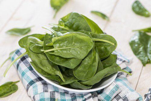 спанакът е сред списъка със зеленчуци за отслабване
