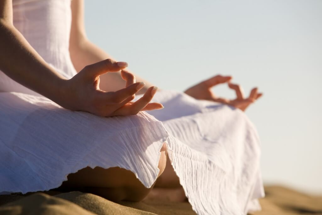 Практикувайте йога за намаляване мазнините по бедрата и корема