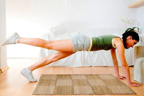 Повдигане на краката за намаляване мазнините по бедрата и корема