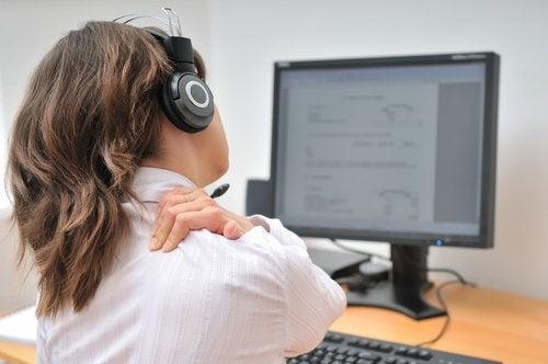 Продължителното седене може да провокира болки във врата