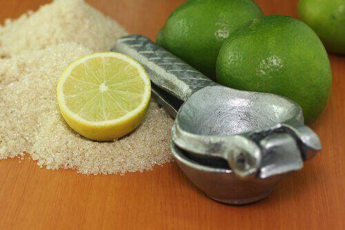 Скраб с лимон при напуканите пети