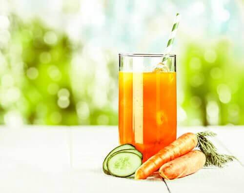Сок от морков, ябълка, портокал и краставица срещу камъни в бъбреците